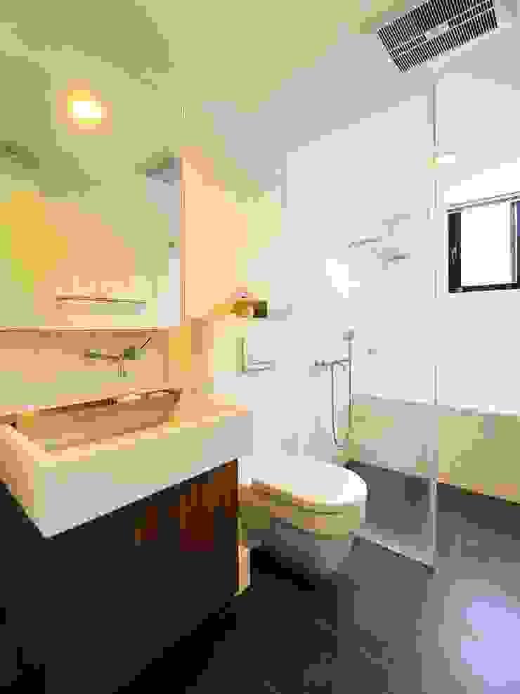 明亮的衛浴空間 Asian style bathroom by 直方設計有限公司 Asian