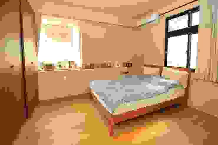 木質地板的臥房 Asian style bedroom by 直方設計有限公司 Asian