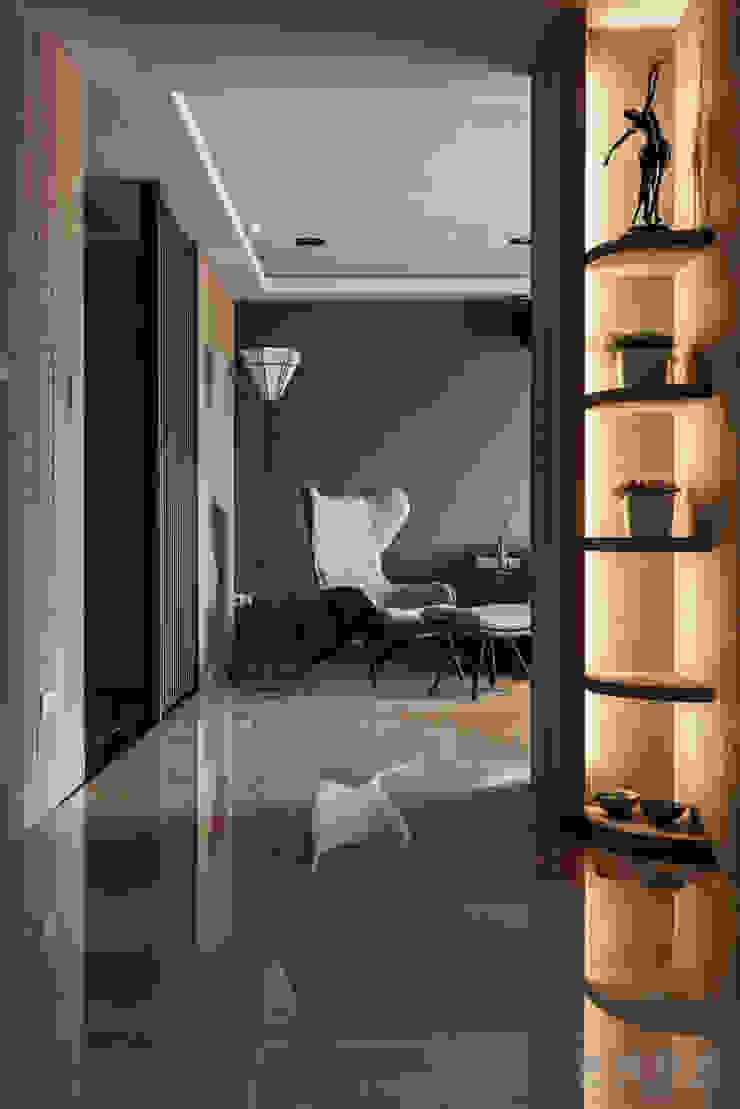 公領域則使用磁磚地板 現代風玄關、走廊與階梯 根據 漢玥室內設計 現代風