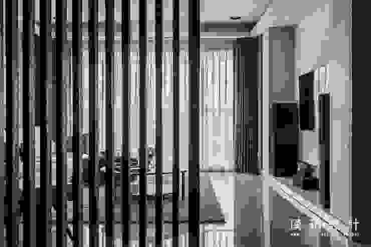 利用柵欄將客廳隔出一點神祕隱私感 现代客厅設計點子、靈感 & 圖片 根據 漢玥室內設計 現代風