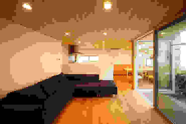 木の温もりを感じるLDK kisetsu モダンデザインの リビング 木 ブラウン