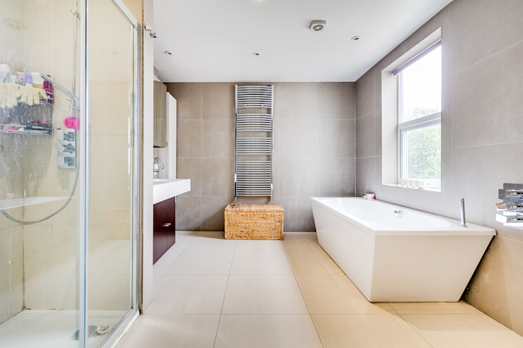 House renovation, house extension Modern bathroom by LDN Build Modern
