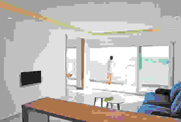 Vistas desde el salón Livings de estilo moderno de Loft 26 Moderno Cerámico
