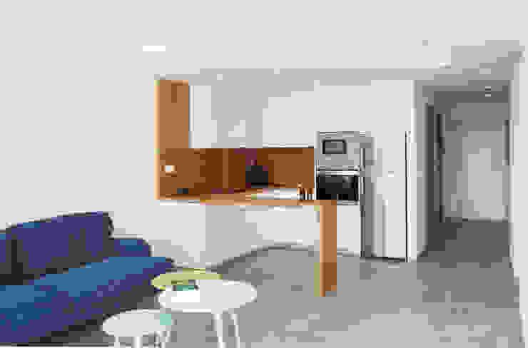 Cocina abierta al salón de Loft 26 Moderno Madera Acabado en madera