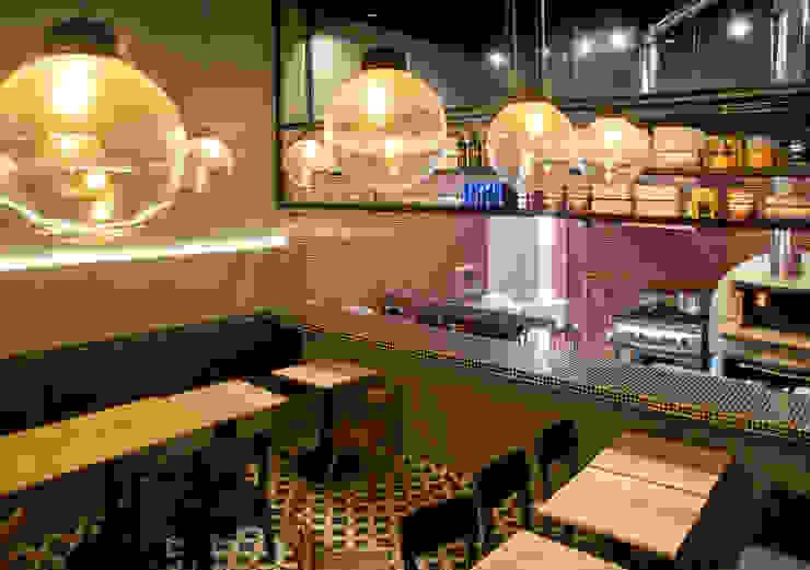 Espaços gastronômicos modernos por CASA DINAMICA | Arquitectos de Interiores | Bogotá Moderno Azulejo