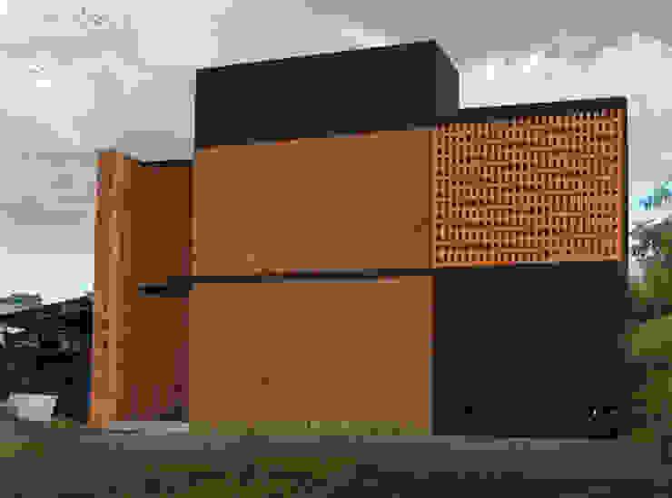 Fachada.:  de estilo  por Creer y Crear. Arquitectura/Diseño/Construcción,