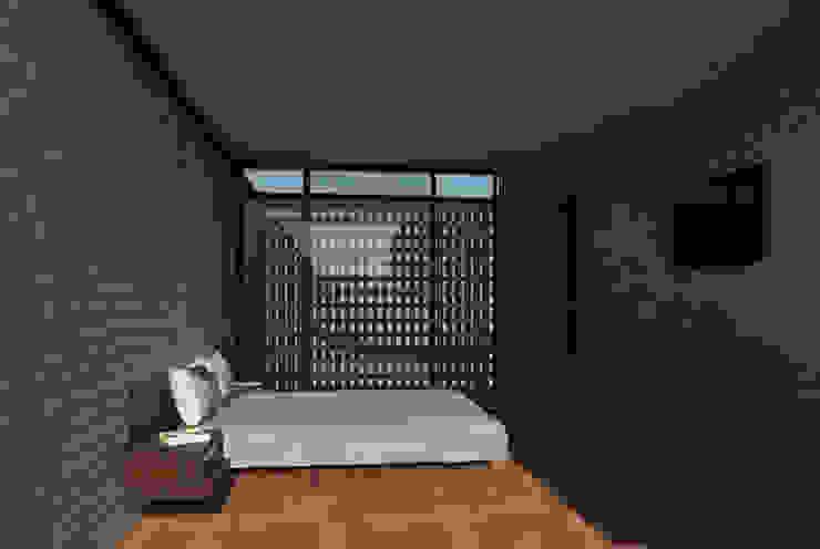 Recámara principal.:  de estilo  por Creer y Crear. Arquitectura/Diseño/Construcción,
