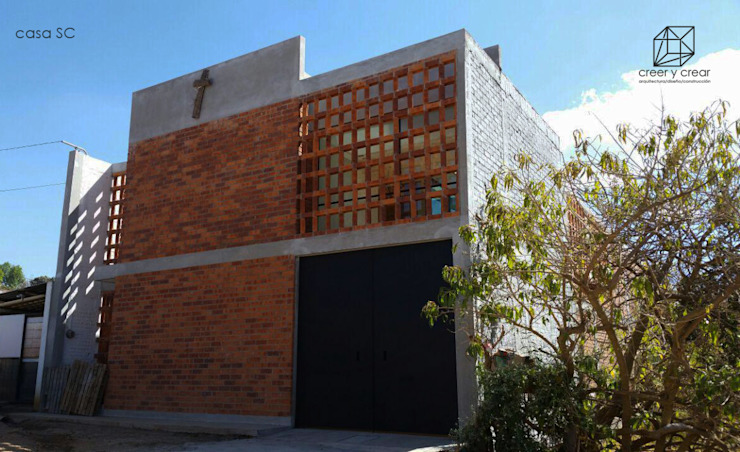 Fachada.: Casas unifamiliares de estilo  por Creer y Crear. Arquitectura/Diseño/Construcción,