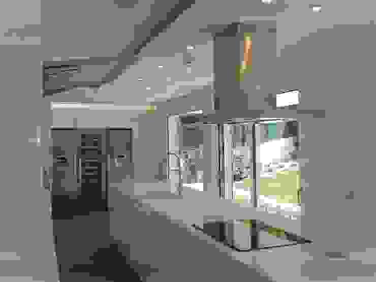 Uma Casa com Jardim DIONI Home Design CozinhaArmários e estantes