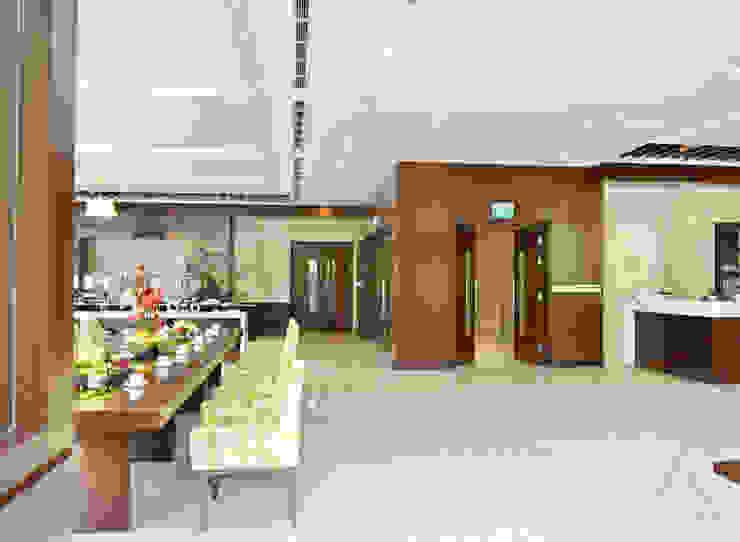 CENTRAL HOTEL SỐ 39-39A NGUYỄN TRUNG TRỰC, BẾN THÀNH, QUẬN 1 Hành lang, sảnh & cầu thang phong cách hiện đại bởi VAN NAM FURNITURE & INTERIOR DECORATION CO., LTD. Hiện đại