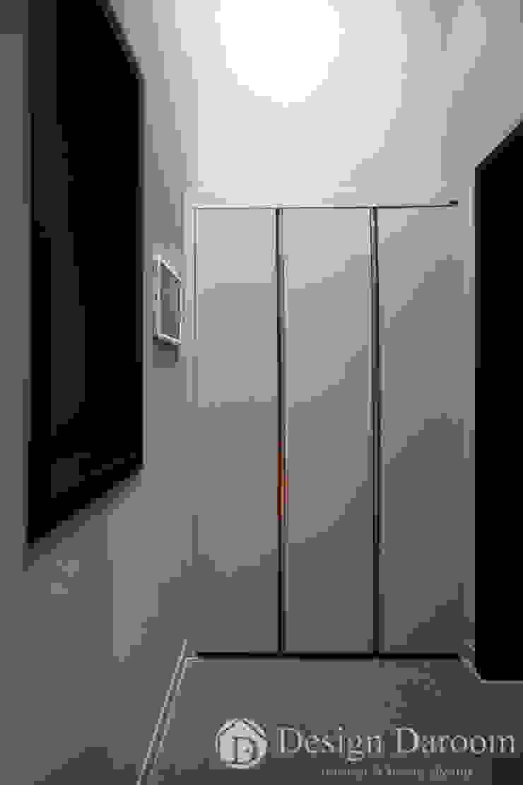 Pasillos, vestíbulos y escaleras de estilo moderno de Design Daroom 디자인다룸 Moderno