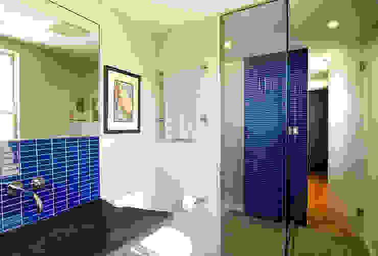 D Street Modern Bathroom by KUBE architecture Modern