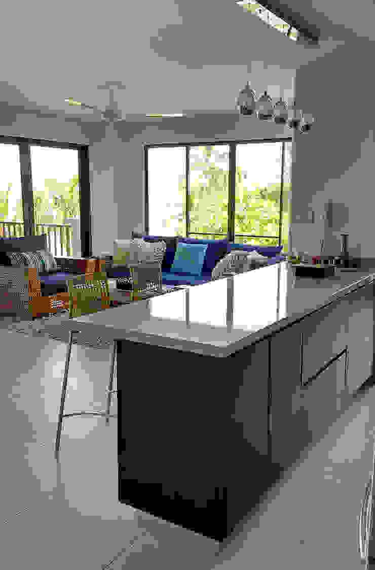 Cocina integrada al salón de Remodelar Proyectos Integrales Moderno Tablero DM