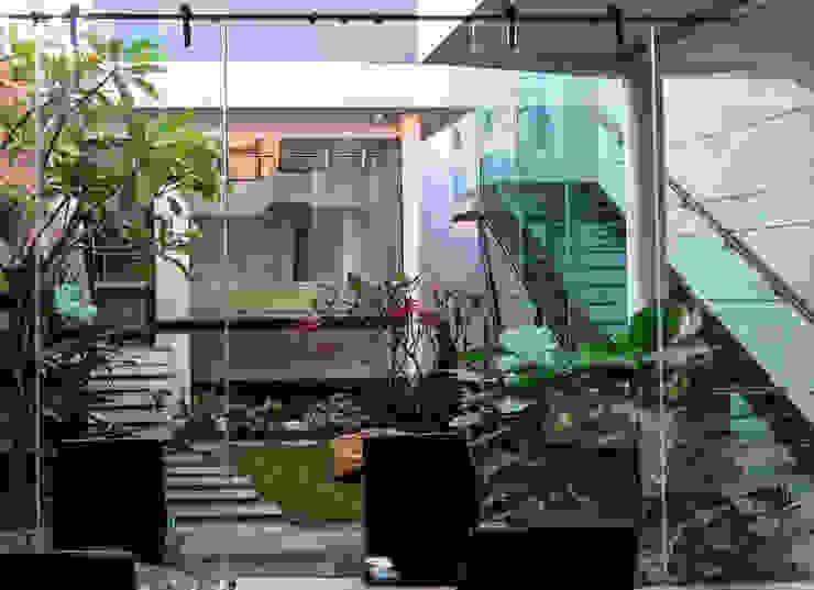 Glass | Green | Water Oleh AIGI Architect + Associates Minimalis Kaca