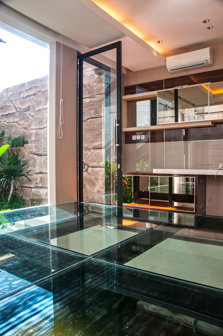 Glass | Green | Water Ruang Studi/Kantor Minimalis Oleh AIGI Architect + Associates Minimalis Kaca