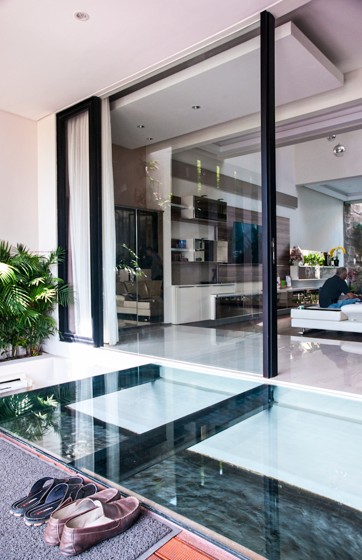 Glass | Green | Water Balkon, Beranda & Teras Minimalis Oleh AIGI Architect + Associates Minimalis Kaca