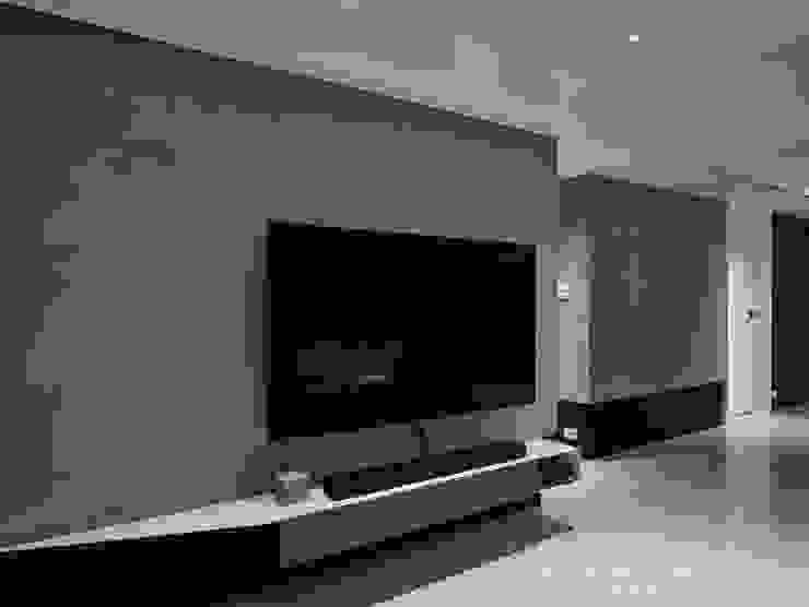 電視牆2 现代客厅設計點子、靈感 & 圖片 根據 SECONDstudio 現代風