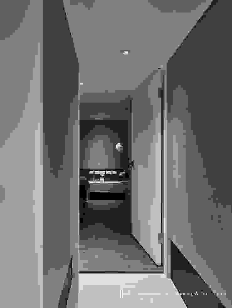 走廊 現代風玄關、走廊與階梯 根據 SECONDstudio 現代風