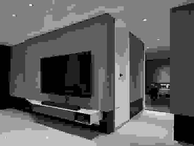 暗色調並帶有沈穩寧靜氛圍的住家設計 现代客厅設計點子、靈感 & 圖片 根據 SECONDstudio 現代風