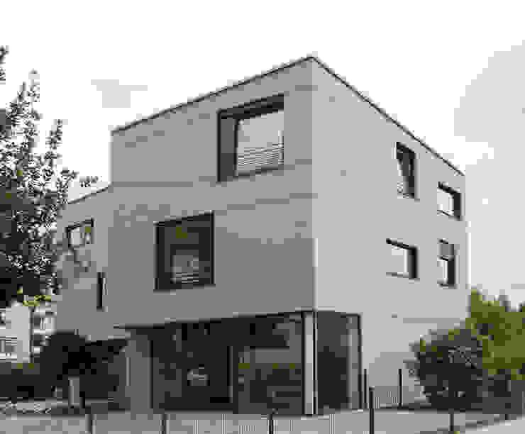 Fassade mit verschiedenen Fensterformaten Minimalistische Häuser von boehning_zalenga koopX architekten in Berlin Minimalistisch Stein