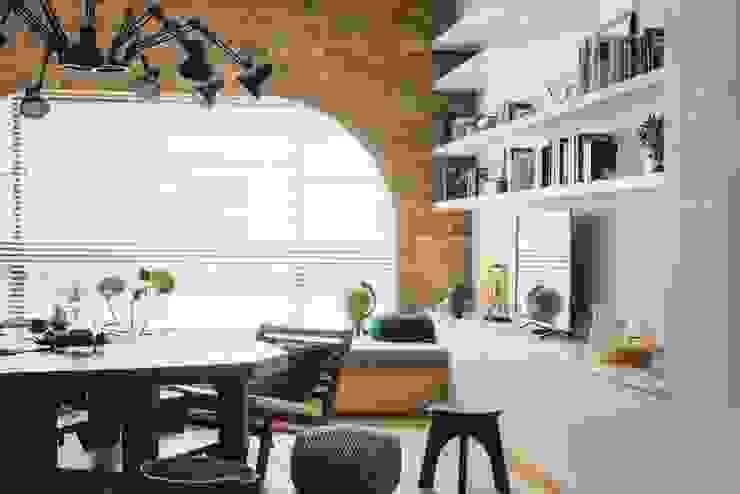 家,就是最真實的美好-百葉簾.蜂巢簾 现代客厅設計點子、靈感 & 圖片 根據 MSBT 幔室布緹 現代風 磚塊