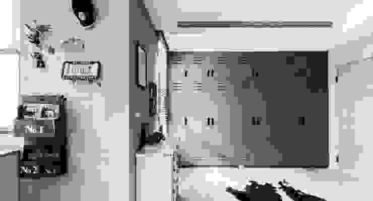 家,就是最真實的美好-百葉簾.蜂巢簾 MSBT 幔室布緹 現代風玄關、走廊與階梯 實木 White