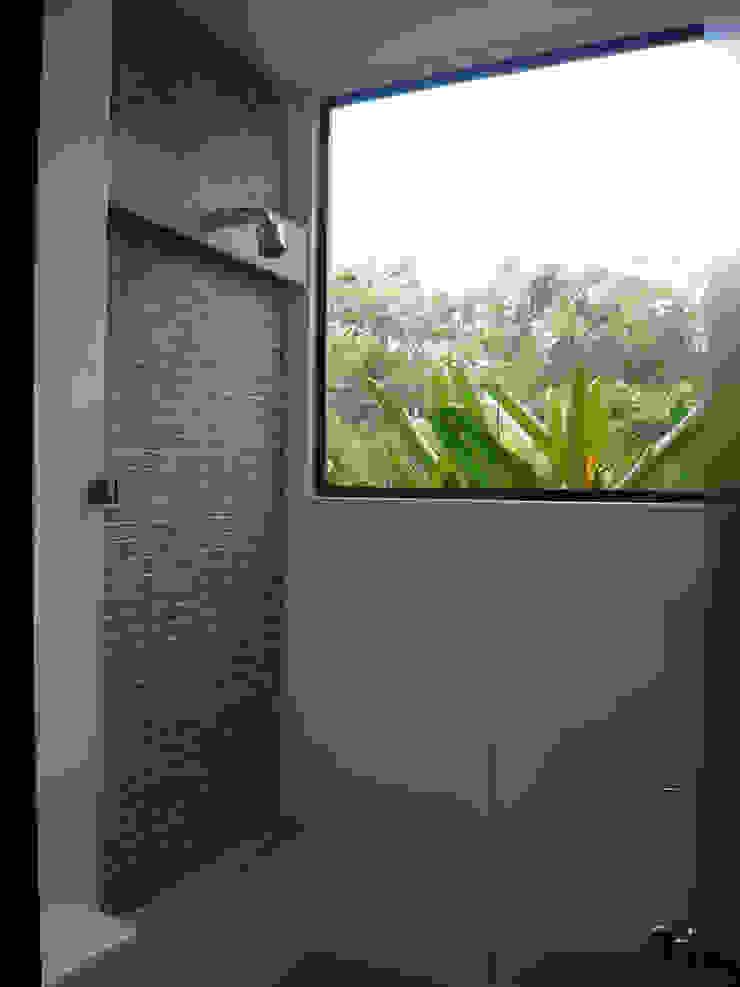 NOAH Proyectos SAS Modern bathroom Concrete White