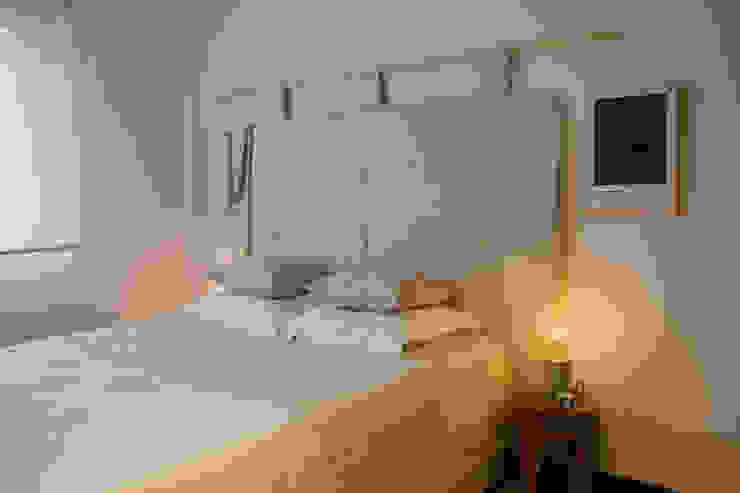 Habitaciones de estilo escandinavo de Tangerinas e Pêssegos - Design de Interiores & Decoração no Porto Escandinavo Madera maciza Multicolor