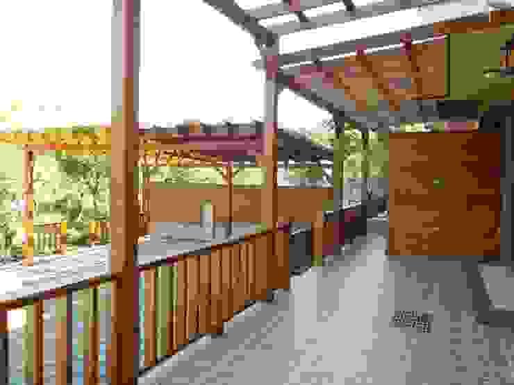 木頭採光罩。木頭欄杆 根據 園匠工坊-採光罩 玻璃屋 小木屋 露台 南方松木作工程