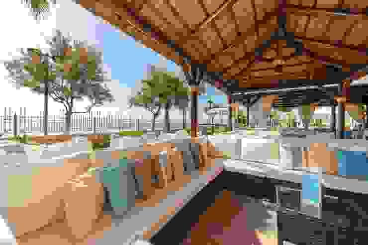 Pérgola de Junco Africano :  de estilo tropical de ESTRUCTURAS DE MADERAS RIGÓN en Málaga, Tropical Madera maciza Multicolor