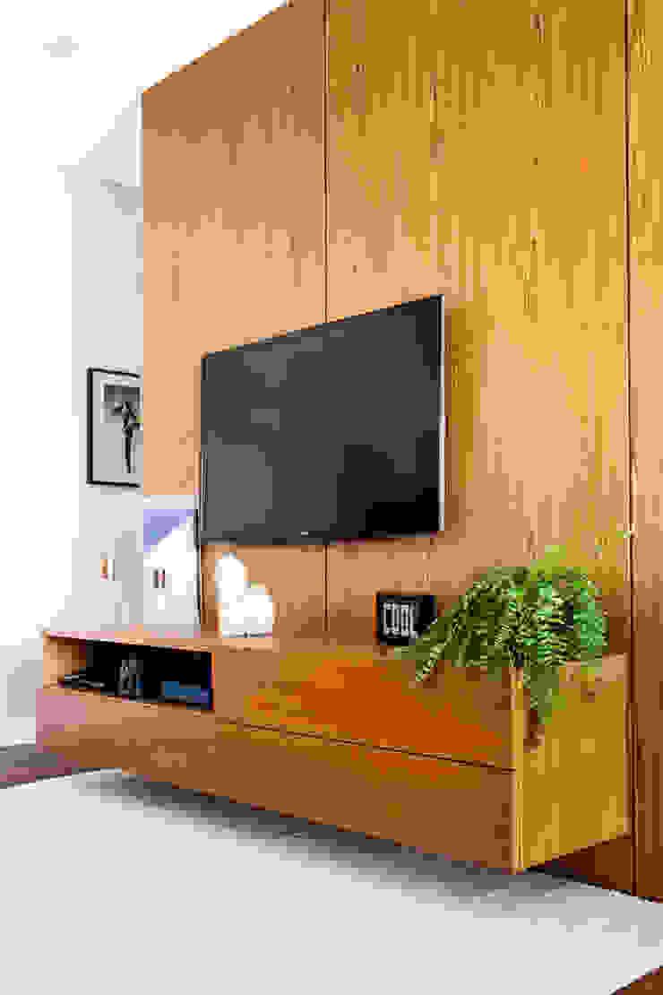 by Macro Arquitetos Minimalist Solid Wood Multicolored