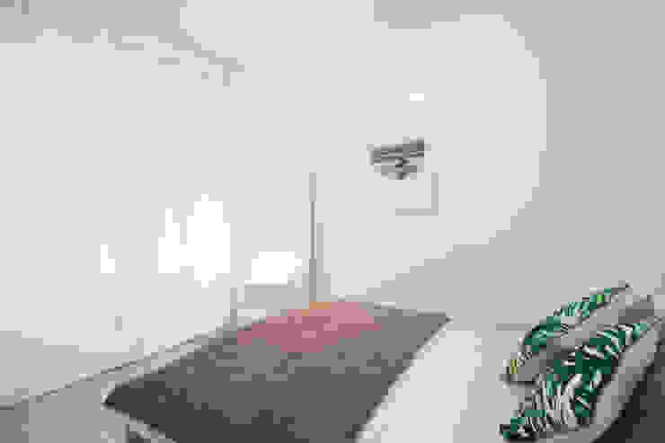 Reforma para inversor en Barcelona Ponytec Dormitorios pequeños Madera Blanco