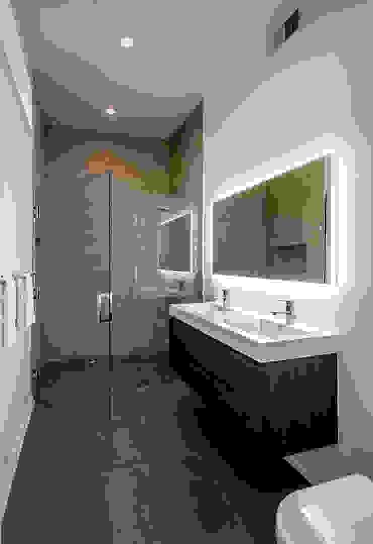Kenyon St Modern Bathroom by KUBE architecture Modern
