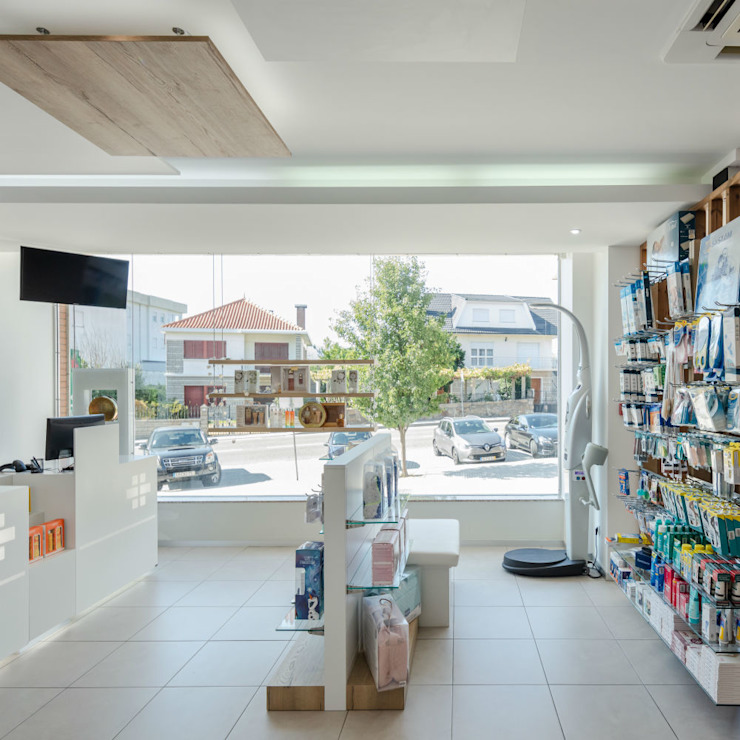 Projecto arquitectura e reabilitação de Farmacia de melgaço MJARC Arquitectos e Inside Farmacias por MJARC - Arquitetos Associados, lda