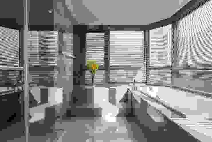 擁抱的姿態 現代浴室設計點子、靈感&圖片 根據 雅群空間設計 現代風