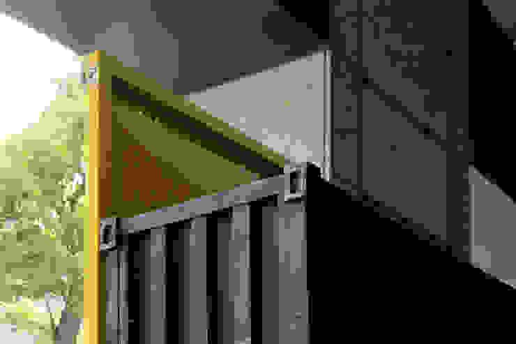 貨櫃門屏風結合集裝箱櫃訂製: 產業  by ForHome, 工業風