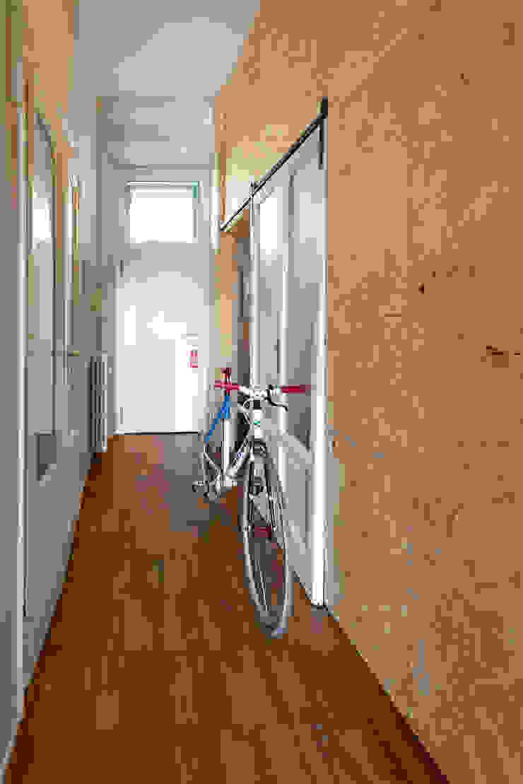 Couloir, entrée, escaliers industriels par ghostarchitects Industriel OSB