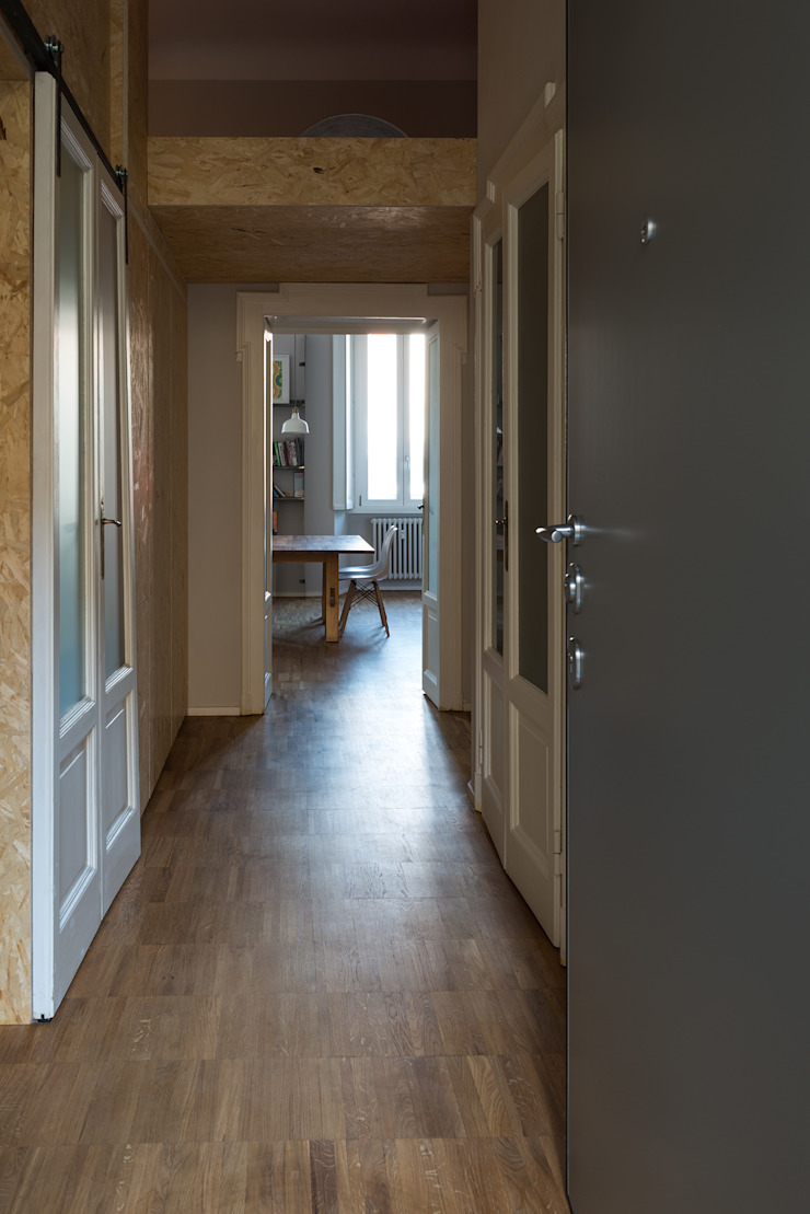 Couloir, entrée, escaliers industriels par ghostarchitects Industriel Bois massif Multicolore