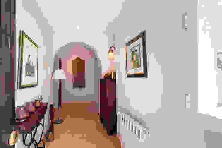 Recibidor Home & Haus | Home Staging & Fotografía Pasillos, vestíbulos y escaleras de estilo mediterráneo