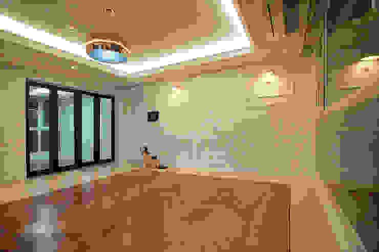 동탄 아파트 인테리어 – 웨인스코팅으로 유럽풍 느낌을 실현한 쌍용 플래티넘 by.n디자인인테리어 클래식스타일 거실 by N디자인 인테리어 클래식
