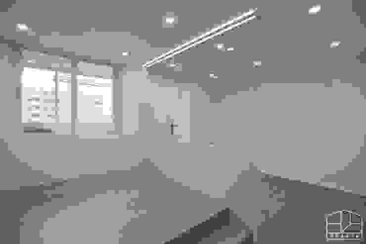 따스한 분위기의 압구정 현대아파트 32py _ 이사 전 미니멀리스트 침실 by 홍예디자인 미니멀