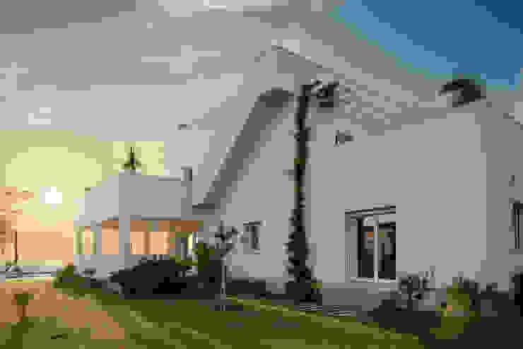 Vista laterale con scala esterna Case moderne di manuarino architettura design comunicazione Moderno