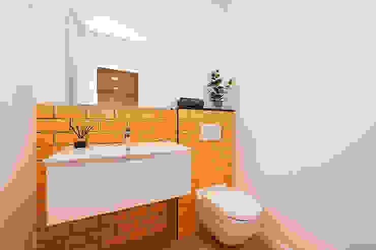 Aseo con azulejos tipo metro amarillo | Sincro Baños de estilo moderno de Sincro Moderno