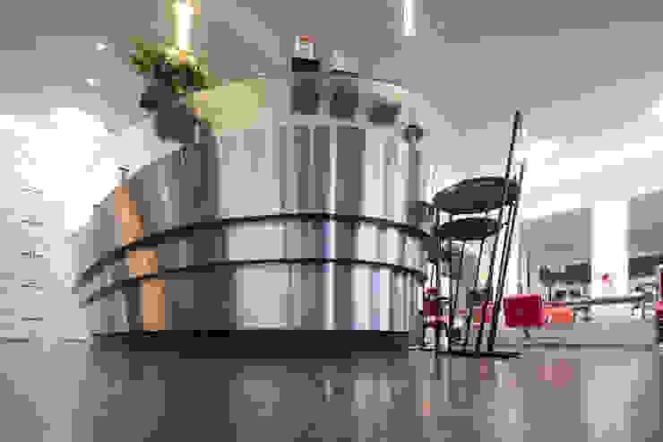 Spazi commerciali in stile eclettico di Moreno Licht mit Effekt - Lichtplaner Eclettico Alluminio / Zinco