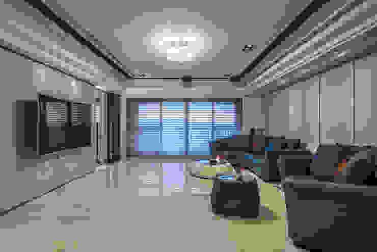 華人匯 现代客厅設計點子、靈感 & 圖片 根據 雅群空間設計 現代風