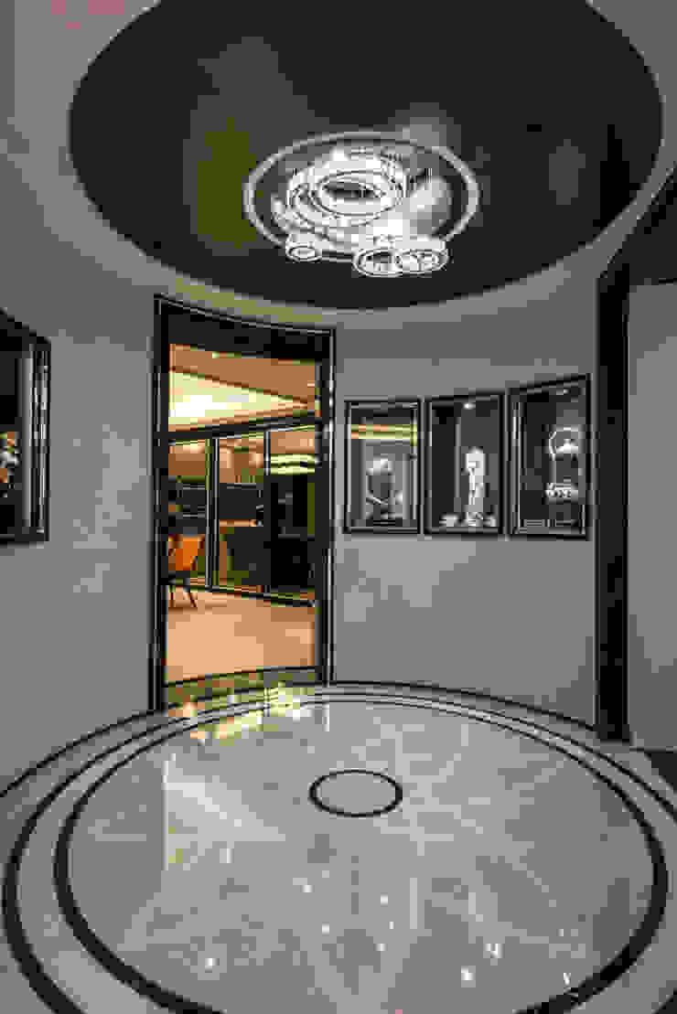華人匯 現代風玄關、走廊與階梯 根據 雅群空間設計 現代風