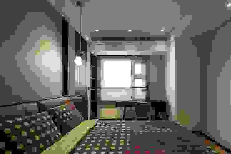 Chambre moderne par 雅群空間設計 Moderne