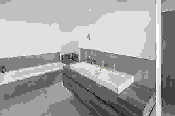 Individuell geplantes Traumhaus mit vielen Highlights innen wie außen Moderne Badezimmer von wir leben haus - Bauunternehmen in Bayern Modern
