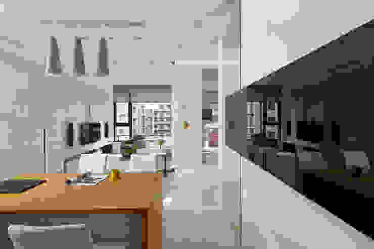 新莊郭公館 現代風玄關、走廊與階梯 根據 Moooi Design 驀翊設計 現代風
