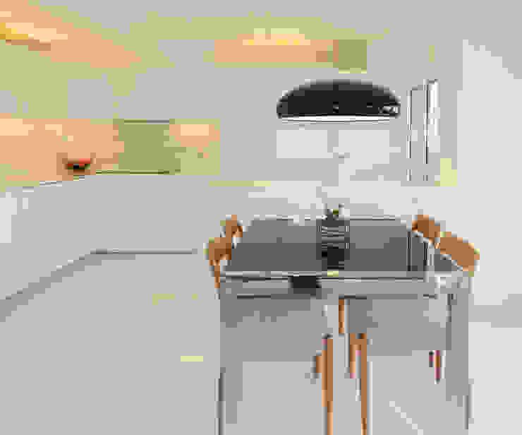 Reforma de piso para una familia de músicos MG arquitectos Cocinas de estilo moderno Blanco